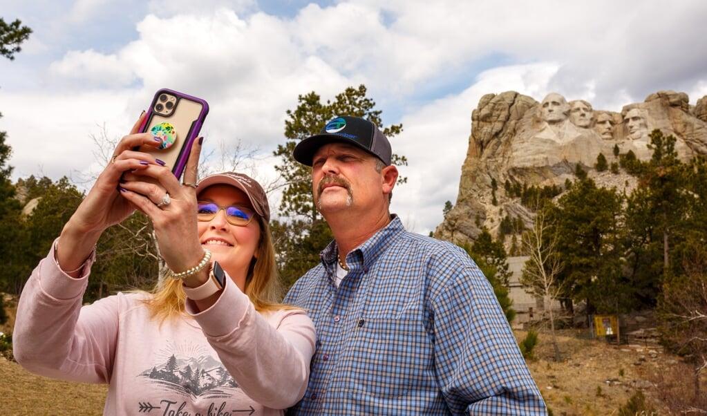 In Mount Rushmore staan de uit graniet gehakte beelden van vier oud-presidenten: George Washington, Thomas Jefferson, Abraham Lincoln en Theodore 'Teddy' Roosevelt. Het monument was in precoronatijden goed voor ruim twee miljoen bezoekers per jaar.  (beeld afp / Kerem Yucel)