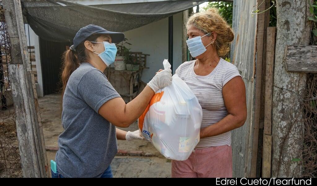 Honderden families in Colombia die getroffen zijn door de coronacrisis ontvangen voedselpakketten.   (beeld Edrei Cueto / Tearfund )