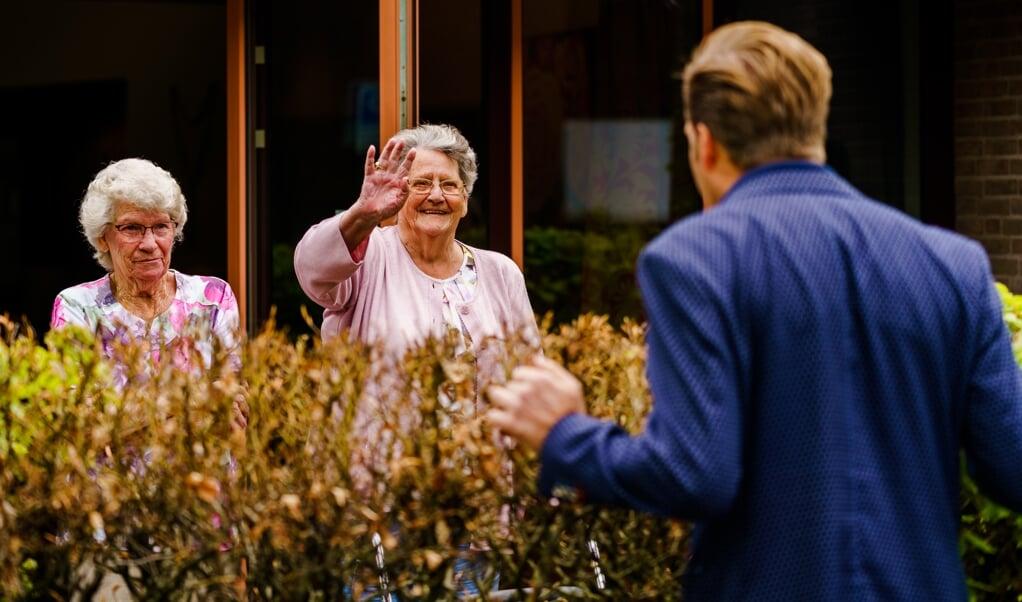 Minister Hugo de Jonge (Volksgezondheid, Welzijn en Sport) spreekt met bewoners van Centrum voor Wonen en Zorg Heidestede.  (beeld anp / Marco de Swart)