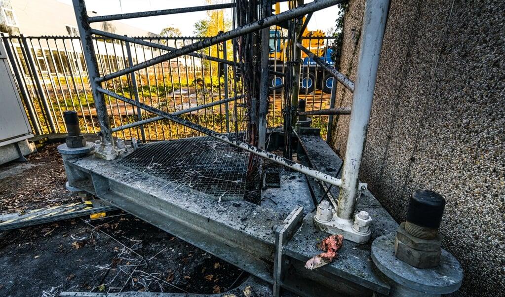 Een zendmast voor mobiele netwerken is zwaar beschadigd door brand. Vermoedelijk gaat het om brandstichting.    (beeld anp / Rob Engelaar)