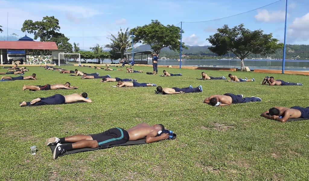 Indonesische mariniers trainen op Ambon, met afstand wegens coronavirus. Politie en leger moeten er zaterdag voor zorgen dat er geen enkele RMS-vlag te zien zal zijn.  (beeld TNI / afp)