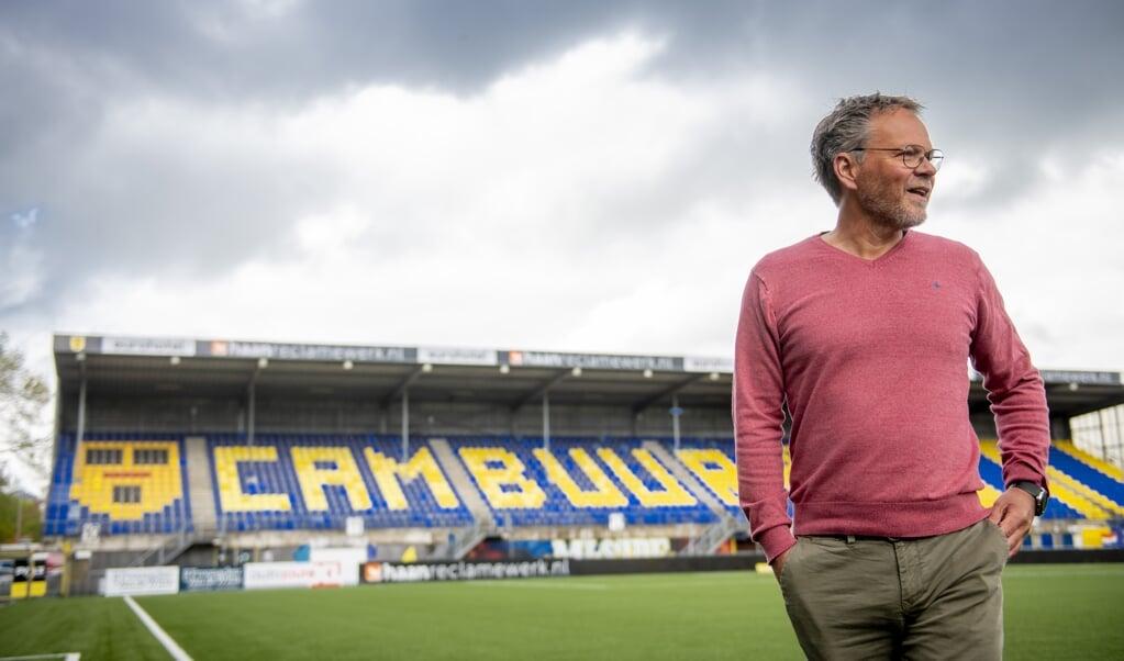 Trainer Henk de Jong in het stadion van SC Cambuur. Supportersverenigingen organiseerden een inzamelingsactie voor de club die door de coronacrisis promotie naar de eredivisie misloopt.  (beeld anp / Jacob van Essen)