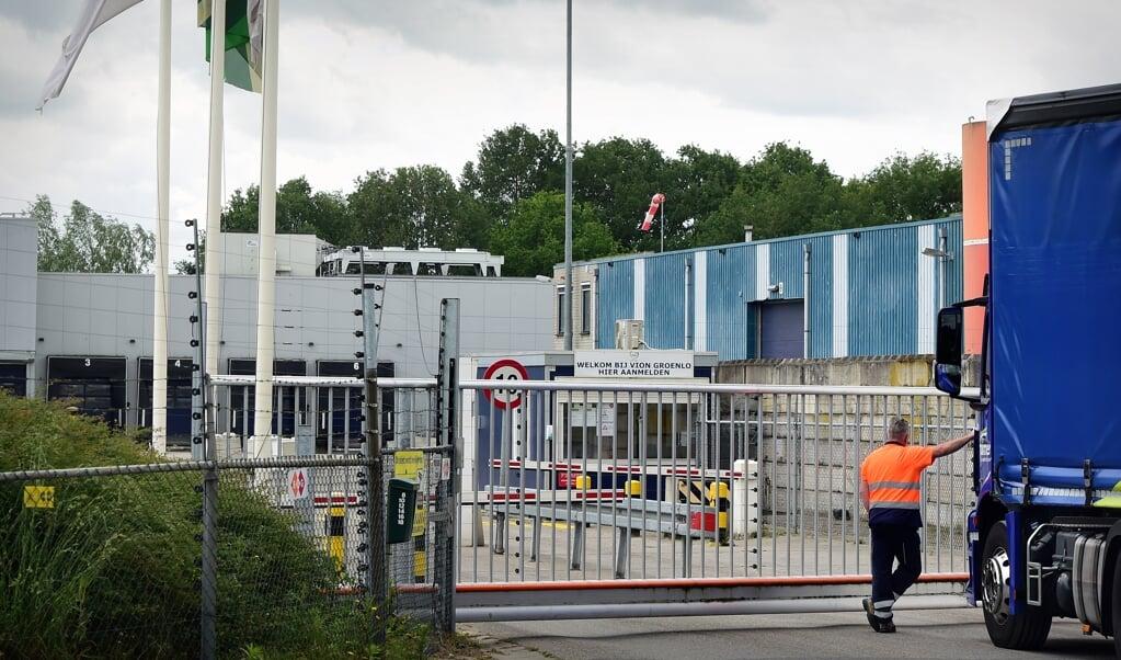 25-5-2020, Nederland, Groenlo  Een transporteur komt voor een dicht hek bij slachterij VION  Vion; slachterij; gesloten; vlees;   foto Marcel van den Bergh  (beeld Marcel van den Bergh)