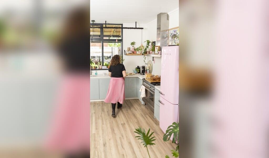 De hele inrichting is aangepast op de grote roze Smeg-koelkast die Dana graag wilde.  (beeld Niek Stam)