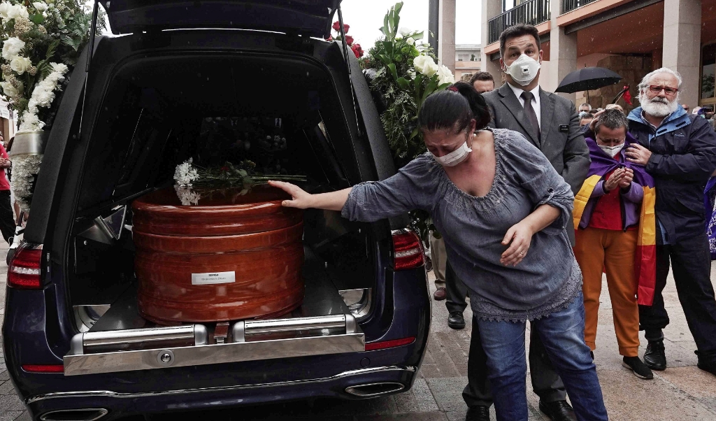2020-05-17 12:42:28 epa08428371 A woman bids farewell to the coffin of late Spanish politician Julio Anguita at the Town Hall in Cordoba, Spain, 17 May 2020. People applauded for over 20 minutes in memory of late Julio Anguita, who died at the age of 78, 16 May 2020, after a week in the ICU after suffering a cardiac arrest. Anguita was the secretary general of the Spanish Communist Party from 1988 and 1998 and leader of Izquierda Unida (United Left) from 1989 and 2000.  EPA/Rafa Alcaide  (beeld Epa/rafa Alcaide)