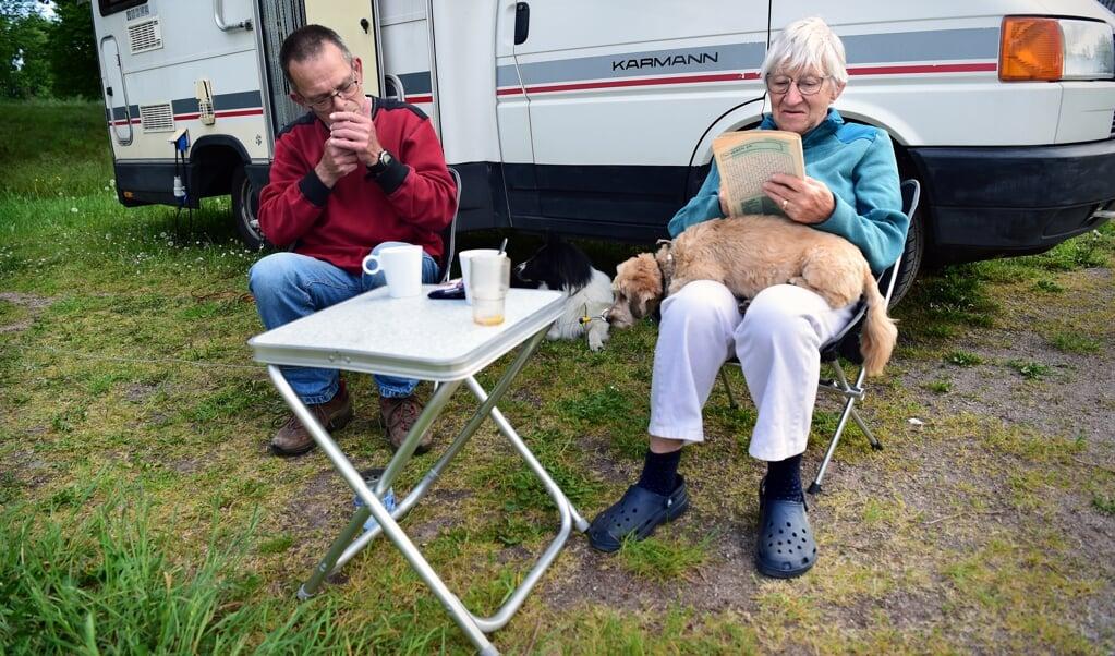 Een gepensioneerd echtpaar geniet op een camping bij Bredevoort van een rustige Hemelvaartsdag.   (beeld Marcel van den Bergh)