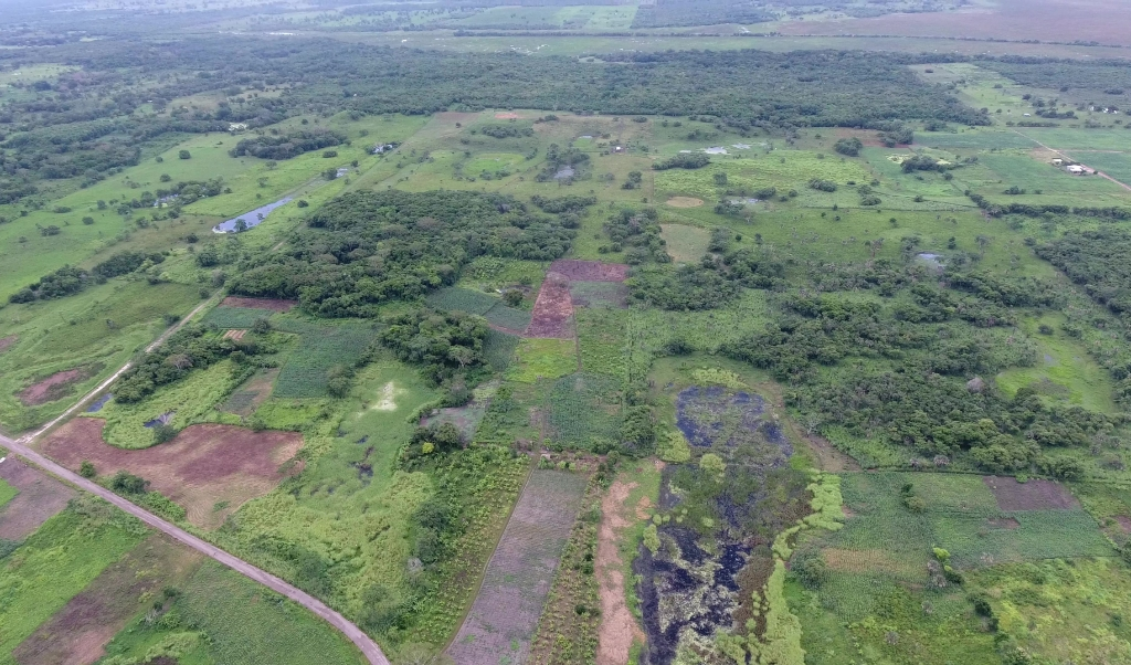 Bovenaanzicht, met op de voorgrond wegen en een reservoir, op de achtergrond het grote plateau.   (beeld Takeshi Inomata)
