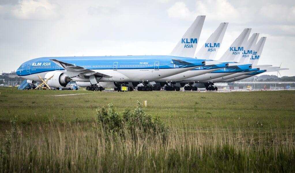 Toestellen van de KLM op luchthaven Schiphol. KLM voert vanwege de coronacrisis veel minder vluchten uit. ANP REMKO DE WAAL  (beeld anp / Remko de Waal)