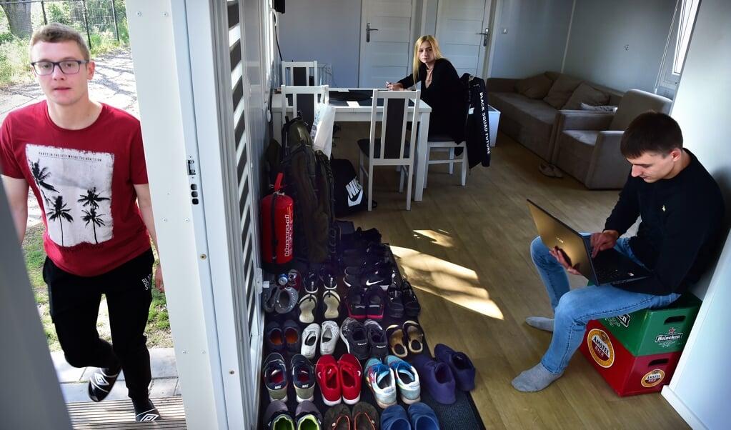 Arbeidsmigranten in hun Mobile Home in Venray.  (beeld Marcel van den Bergh)