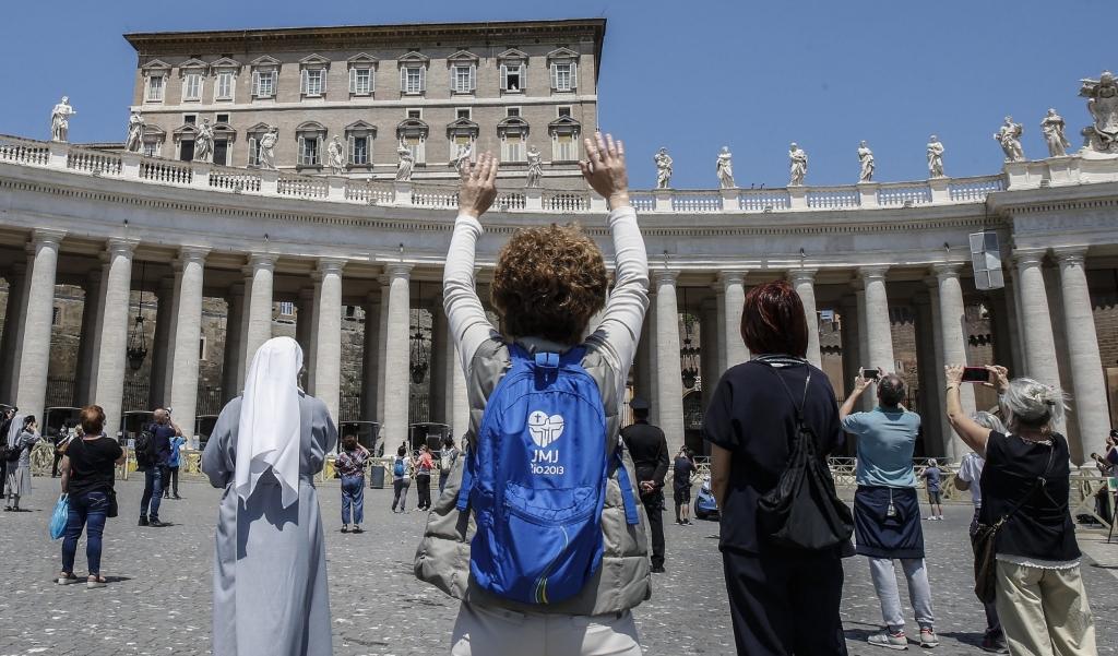 Afgelopen zondag 24 mei waren er al rond de 250 gelovigen op het Sint-Pietersplein aanwezig. Maar paus Franciscus sprak en bad nog steeds via livestream vanuit de bibliotheek. Aan het eind van het gebed groette hij wel de aanwezigen op het plein.  (beeld EPA / Fabio Frustaci)