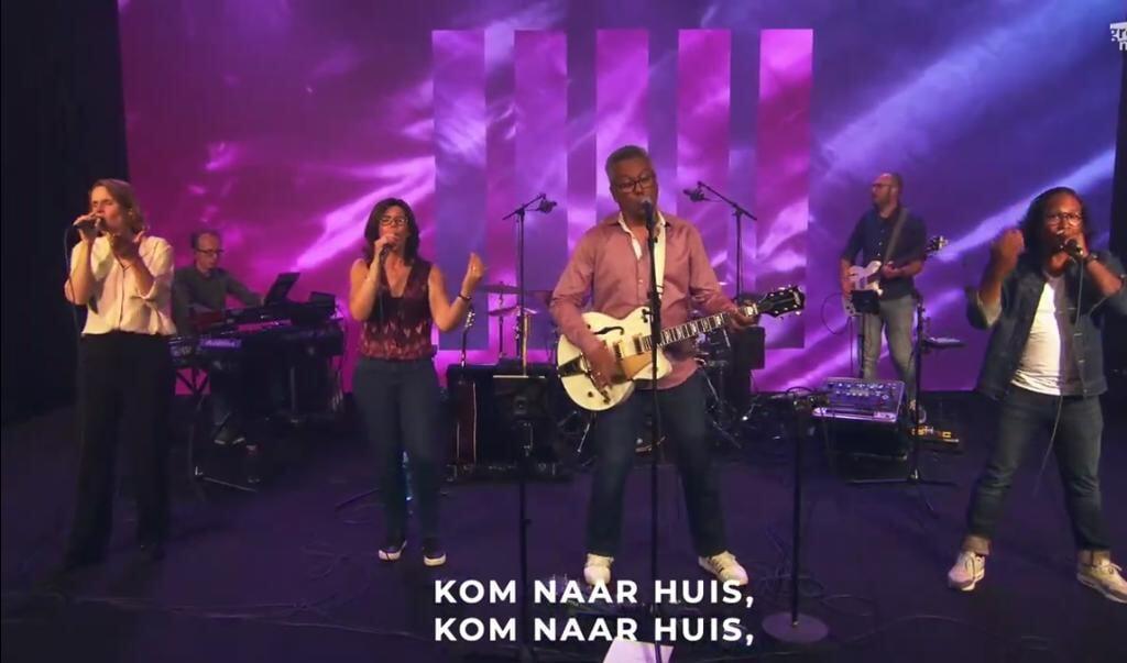 Reni en Elisa Krijgsman verzorgden met hun band de muzikale kant van de openingssessie.  (beeld )