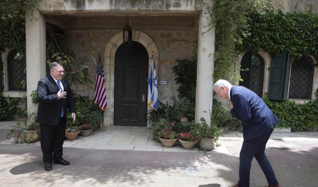De minister van Buitenlandse Zaken van de VS, Pompeo (l.), heeft al groen licht gegeven voor de annexatie door Israël van de Jordaanvallei, tijdens zijn ontmoeting met de nieuwe regeringsleiders Netanyahu en Gantz (r.) in Jeruzalem.  (beeld epa / Sebastian Scheiner )