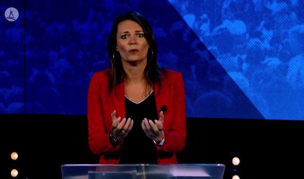 Nelinda Troost roept op bij kerk eerst naar jezelf te kijken.  (beeld screenshot YouTube)