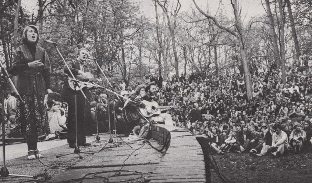 Ben Hoekendijk (met gitaar, staand) op een vroege activiteit van Opwekking.  (beeld Stichting Opwekking)