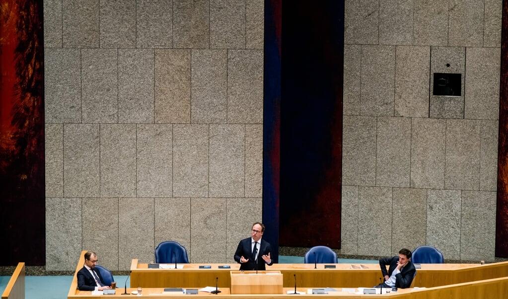 Minister Eric Wiebes van Economische Zaken en Klimaat (VVD), Minister Wouter Koolmees van Sociale Zaken en Werkgelegenheid (D66) en Minister Wopke Hoekstra van Financi'n (CDA) tijdens een Tweede Kamerdebat over de ontwikkelingen van de economie en de noodmaatregelen om ondernemers door de coronacrisis te helpen.  (beeld anp / Bart Maat)