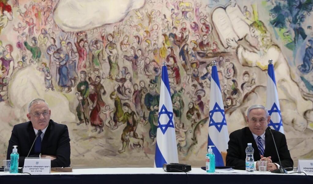 In Israël wil de regering van Benjamin Netanyahu (rechts) en Benny Gantz (links) op korte termijn beginnen met de annexatie van de Westelijke Jordaanoever.   (beeld epa / Abir Sultan)