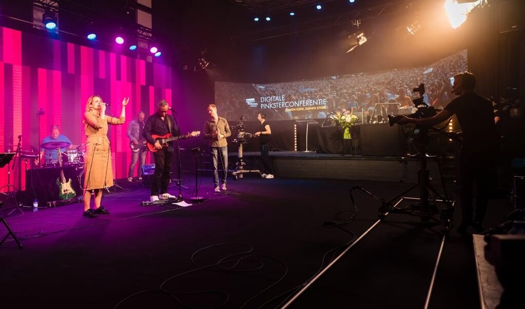 De digitale Opwekkingsconferentie komt voor een groot deel vanuit de studio van Groot Nieuws Radio in Veenendaal. Zangeres Rebekka Sahertian leidt de muzikale aanbidding.  (beeld Jorik Algra)