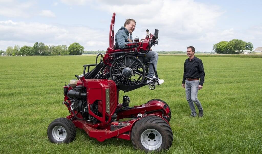 Jan Derk te Rietstap ontwierp en bouwde een vervoermiddel waarmee Chiel Kruidhof kan meewerken op de boerderij.  (beeld Frank Uijlenbroek)