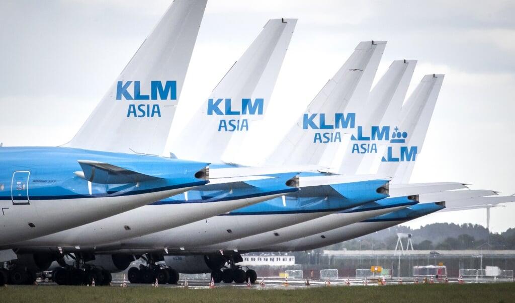 <p>Geparkeerde KLM-vliegtuigen op Schiphol.</p>  (beeld anp / Remko de Waal)