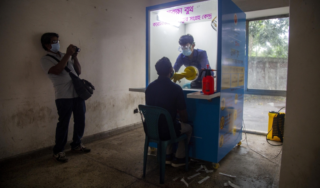 2020-05-21 00:00:00 epa08436631 A health official (C-R) wearing a mask collects a swab sample from a journalist (C) at the National Press Club in Dhaka, Bangladesh, 21 May 2020 (issued 22 May 2020). Countries around the world are taking increased measures to stem the widespread of the SARS-CoV-2 coronavirus which causes the COVID-19 disease.  EPA/MONIRUL ALAM  (beeld epa / Monirul Alam)