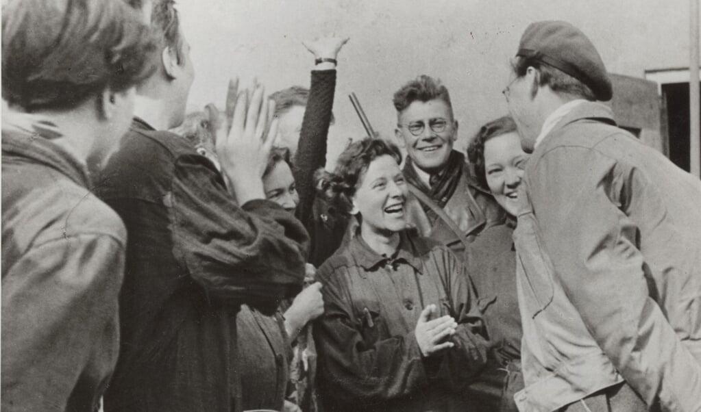 Prins Bernhard, de bevelhebber van de Binnenlandse Strijdkrachten, wordt in 1945 met vreugde begroet in kamp Westerbork.  (beeld nationaal archief)