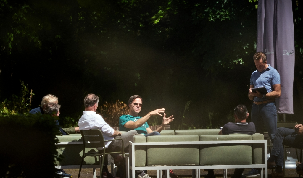 Kabinetsoverleg over de coronamaatregelen in de tuin van het Catshuis, vorige maand. De Grondwet geeft geen houvast over de vraag of alle inperkingen op onze grondrechten gerechtvaardigd zijn.  (beeld anp / Phil Nijhuis)