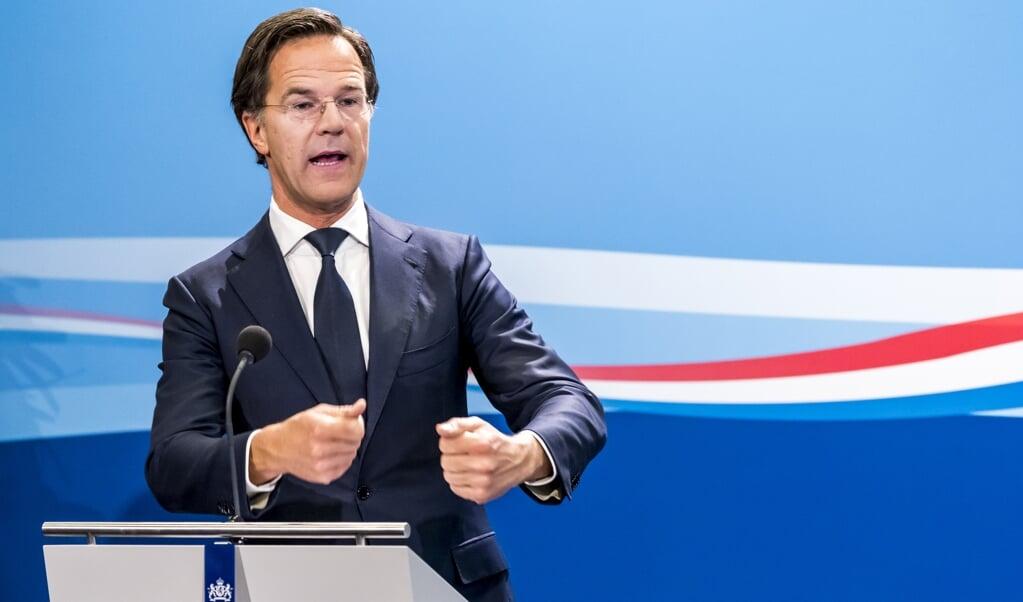 Premier Mark Rutte tijdens een persconcerentie. 'In tijden van crisis verzamelt het volk zich vaak rondom de leider', zegt politicoloog Simon Otjes.  (beeld anp / Lex van Lieshout)