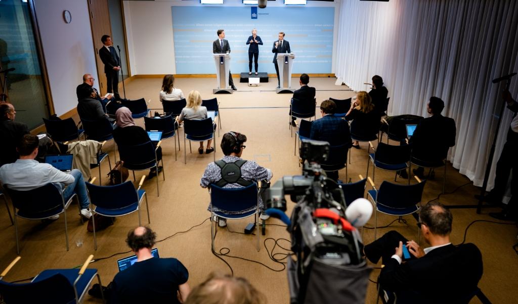 Premier Mark Rutte en minister Hugo de Jonge van Volksgezondheid tijdens de persconferentie van dinsdag.  (beeld anp / Bart Maat)
