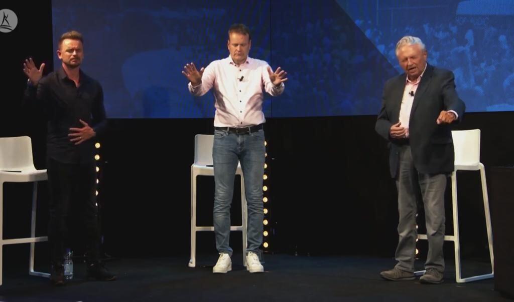 David de Vos (links), Martin Koornstra (midden) en Kees Goedhart (rechts) bidden voor genezing, tijdens de online Pinksterconferentie van stichting Opwekking.  (beeld nd)