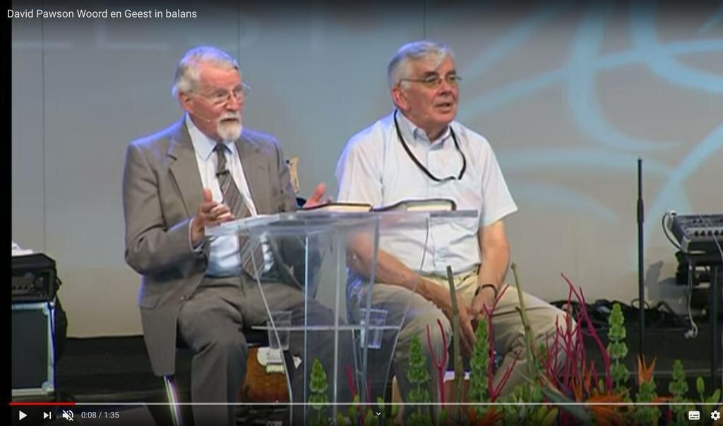 David Pawson (links) tijdens een seminar op de Pinksterconferentie van Opwekking in 2014.  (beeld YouTube)