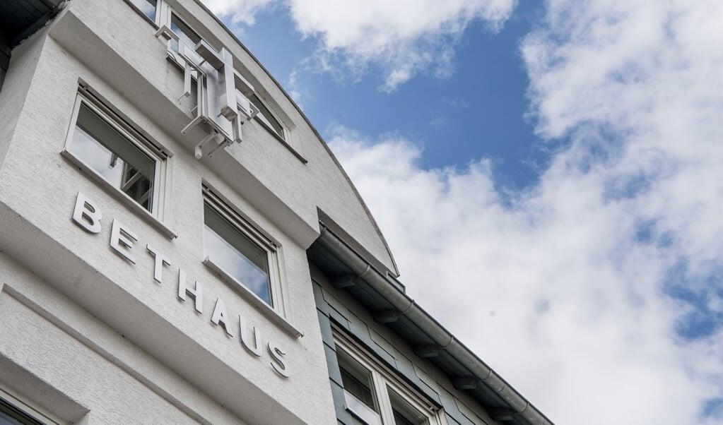 Het gebouw van de Evangeliums Christen Baptisten Frankfurt, waar een kerkdienst ruim twee weken geleden leidde tot meer dan honderd corona-besmettingen.  (beeld epa / Maximilian von Lachner)