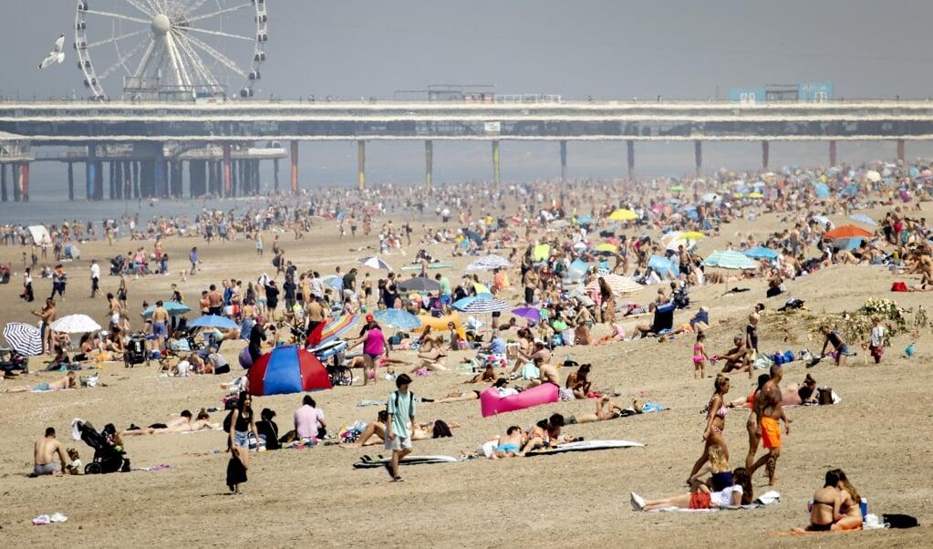 Hemelvaartsdag: het strand van Scheveningen.  (beeld anp / Koen van Weel)