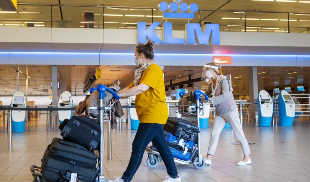 KLM is een van de bedrijven waar ontslagen worden voorzien, nu de coronacrisis langer aanhoudt. Tot nu toe mocht dat niet vanwege de voorwaarden voor overheidssteun, maar die gaan veranderen.  (beeld anp / Evert Elzinga)
