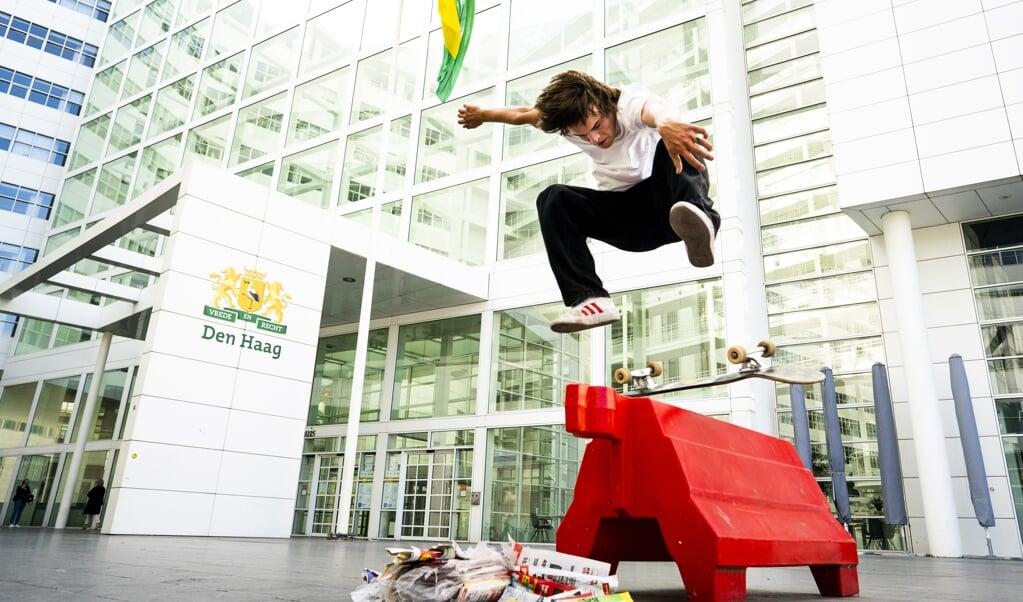 Een skater voor het stadhuis van Den Haag, bijgenaamd het IJspaleis.  (beeld Freek van den Bergh)
