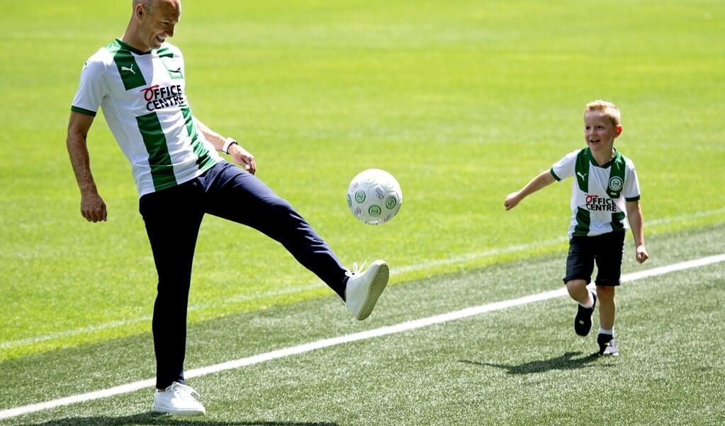 Arjen Robben met een van zijn zoons tijdens de presentatie voor de pers in het stadion van FC Groningen.  (beeld anp / Olaf Kraak)