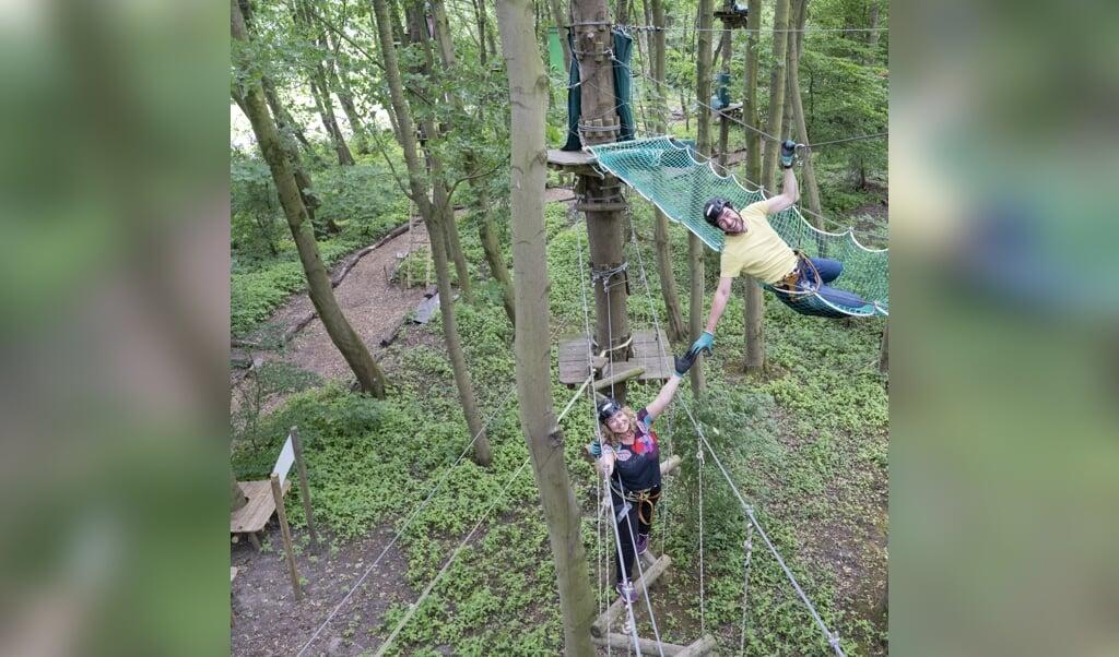Mirthe: 'In het Kralingse Bos kun je  heel leuk klimmen bij Fun Forest Rotterdam.'  (beeld Niek Stam)