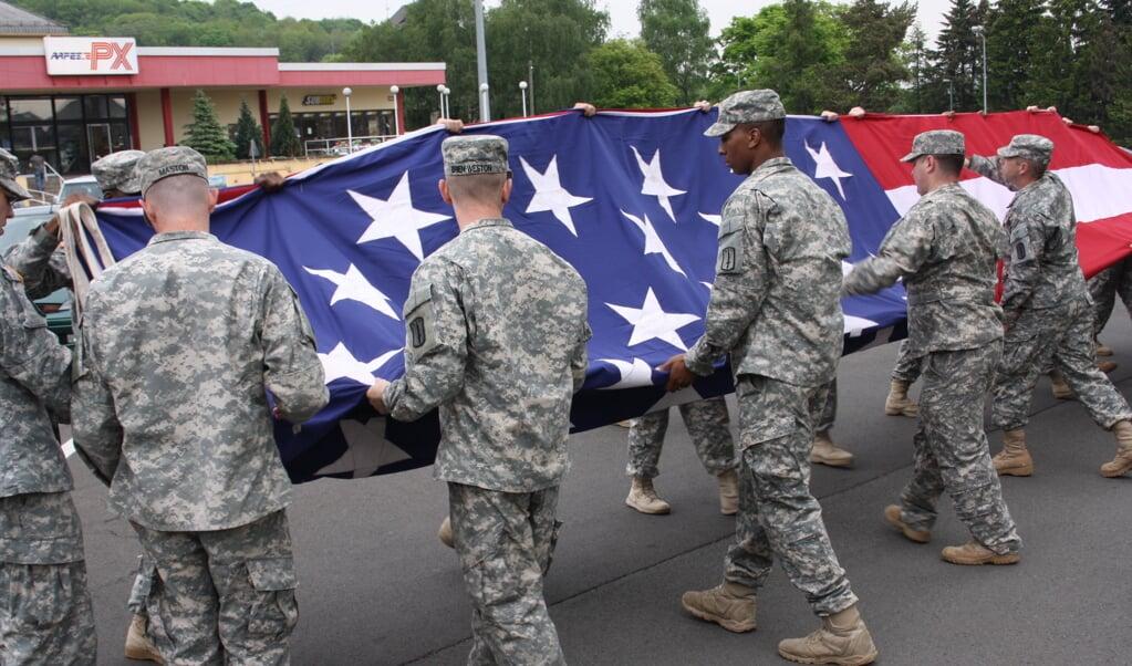 Amerikaanse militairen vouwen op de kazerne in het Duitse Baumholder hun nationale vlag op.  (beeld Riekelt Pasterkamp)