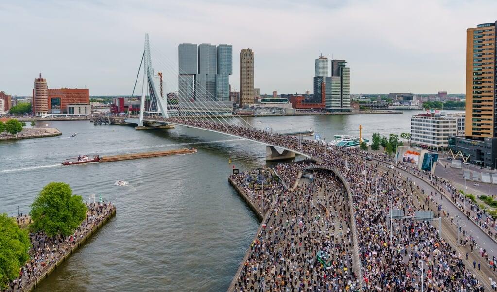 Op het Glitterplein bij de Erasmusbrug in Rotterdam werd woensdag gedemonstreerd tegen racisme en politiegeweld in de VS. Aanleiding is de dood van George Floyd in de Amerikaanse stad Minneapolis.  (beeld anp / Marco de Swart)