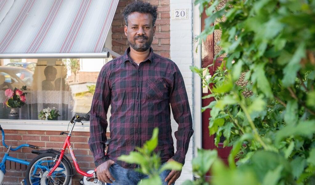 De uit Eritrea gevluchte Mulueberhan Temelso woont nu met zijn gezin in Barneveld. 'De mensen zijn hier respectvol, volgen de regels op en kunnen in de supermarkten kopen wat ze willen.'  (beeld Hans-Lukas Zuurman)