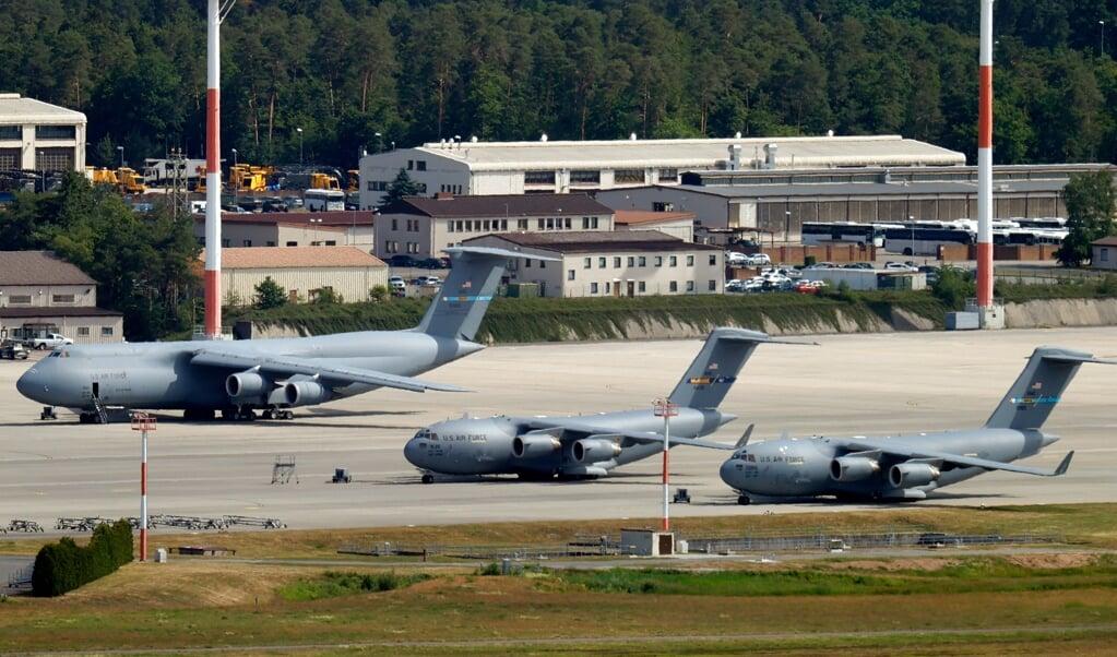 Militaire vliegtuigen op luchtmachtbasis Ramstein Air Base.  (beeld epa / Ronald Wittek)