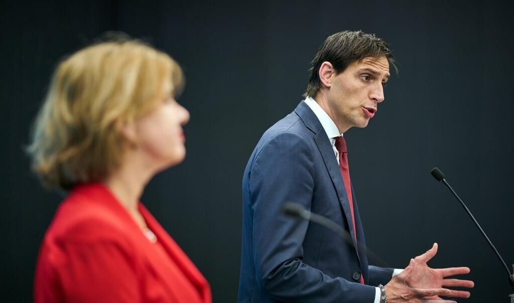 De ministers Hoekstra en Van Nieuwenhuizen geven een toelichting over het steunpakket aan AirFrance-KLM.   (beeld anp / Phil Nijhuis)
