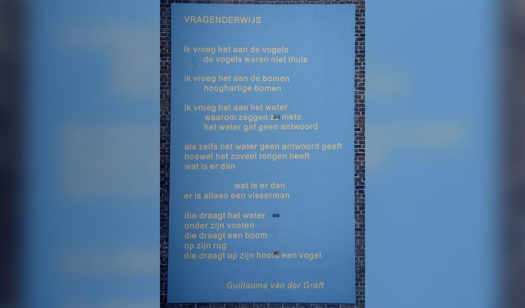 'Vragenderwijs' op de gevel van het Visser 't Hooft Lyceum in Leiden.  (beeld nd)