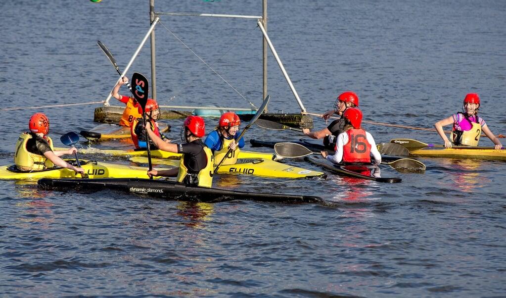Een jeugdteam oefent kanopolo bij de Leiderdorpse kanovereniging Rijnland.  (beeld Dirk Hol)
