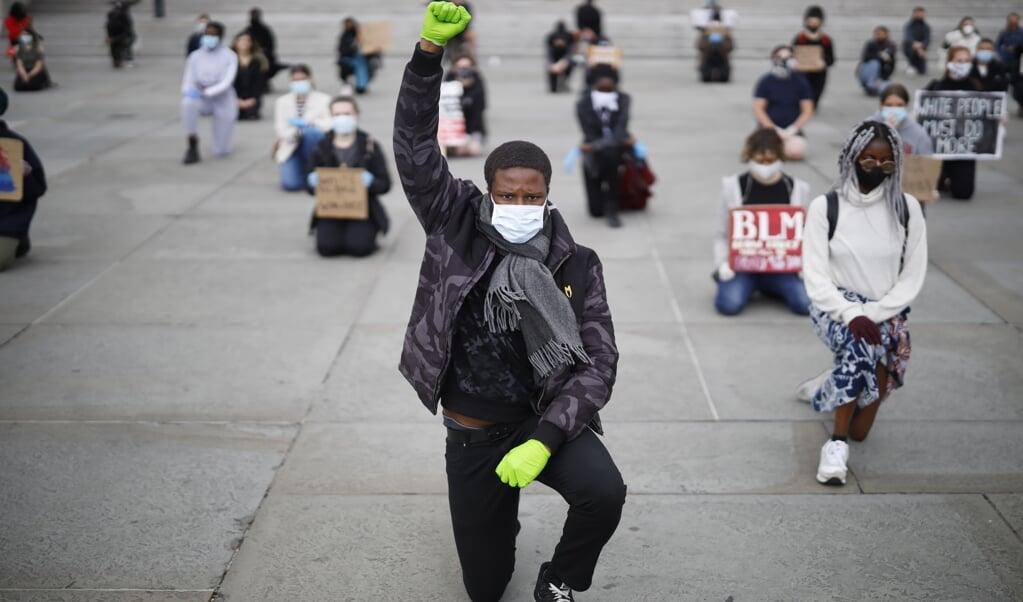 Een demonstrant in Londen uit zijn steun ten behoeve van de Black Lives Matter-beweging.  (beeld afp / Tolga Akmen )