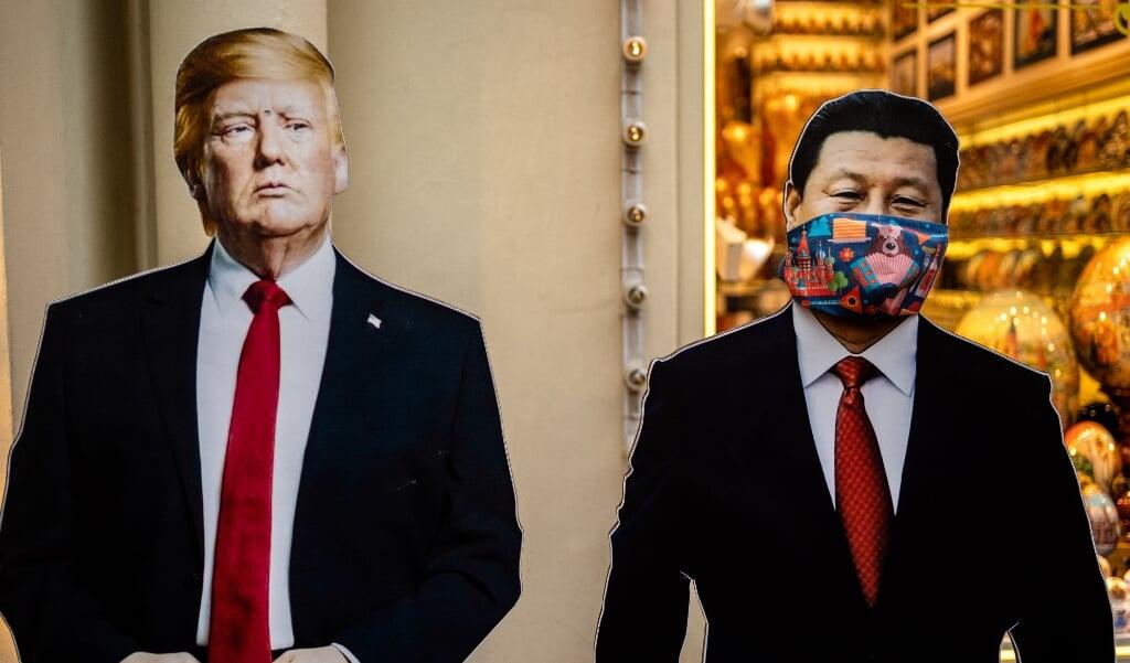 Kartonnen figuren van Donald Trump en Xi Jinping voor een souvenirwinkel in Moskou. Het Amerikaanse afstotingsmechanisme is een reactie op de veiligheidswet die China op 30 juni in Hongkong invoerde.   (beeld afp / Dimitar Dilkoff)