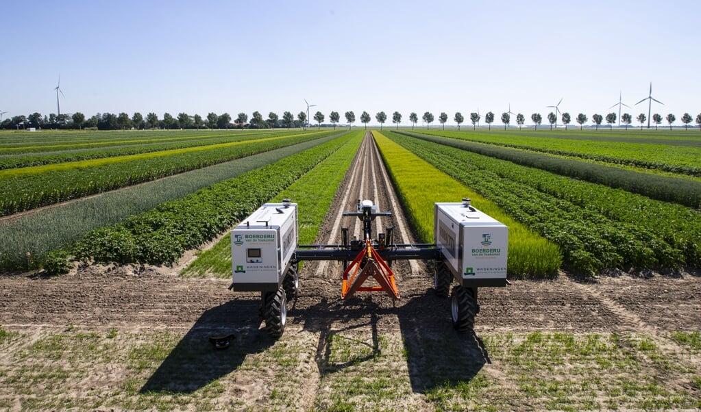 Een robot-tractor op een proeflocatie van de Boerderij van de Toekomst.  (beeld anp / Pieter Stam de Jonge)