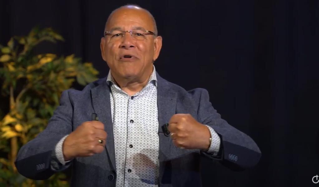 Orlando Bottenbley legt in zes studies op YouTube een link tussen de coronacrisis en de eindtijd.   (beeld youtubekanaal de verbinding)