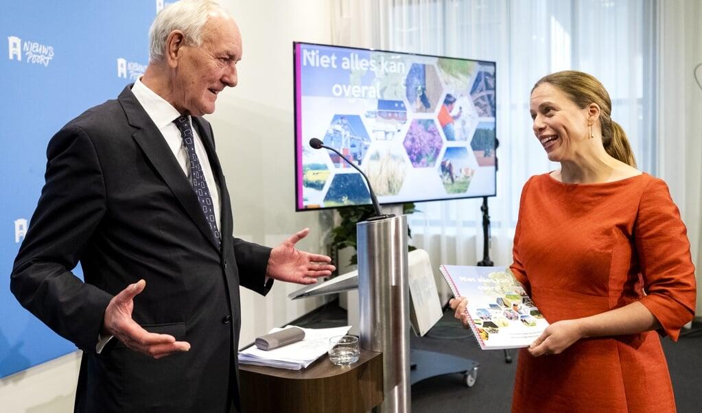 Commissievoorzitter Johan Remkes, vorige week maandag, heeft net zijn rapport aangeboden aan minister Carola Schouten (Landbouw).  (beeld anp / Sem van der Wal)