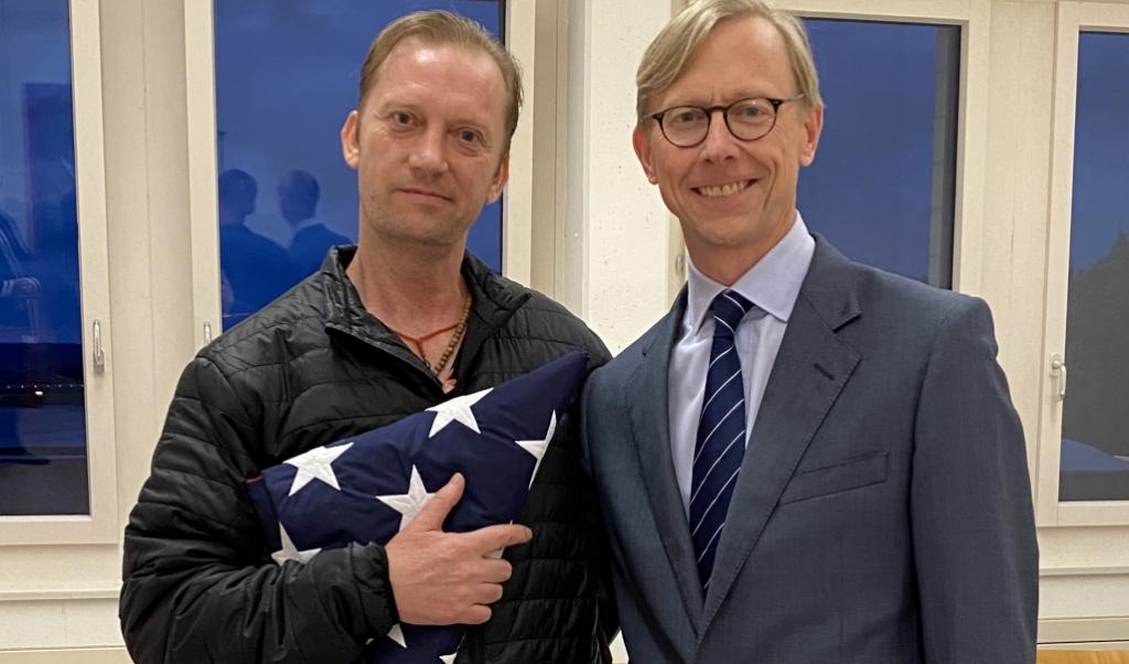 Michael White (links) samen met de Amerikaanse bijzonder gezant voor Iran Brian Hook, na zijn aankomst in Zürich uit Iran. President Trump zinspeelde in zijn tweets na de vrijlating van White door Teheran op een betere samenwerking met Iran.  (beeld afp / US Ministerie van Buitenlandse Zaken)