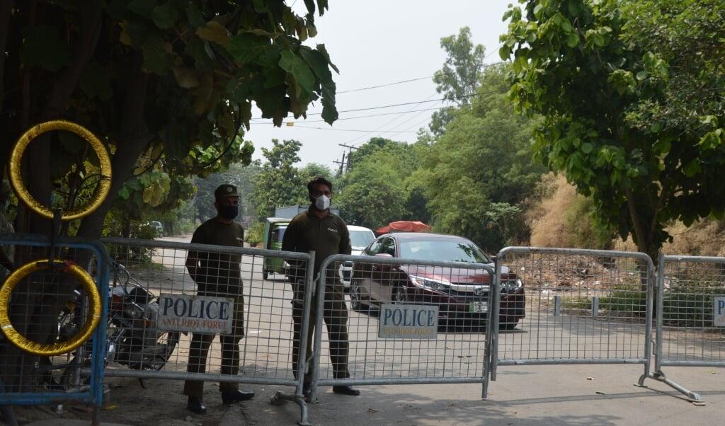 Dranghekken en politie bij de toegangsweg naar de wijk Gulberg.  (beeld )